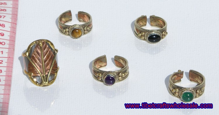 prstenje s kamenjem u boji